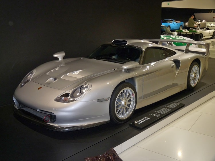 Porsche 911 GT1 Straßenversion on display