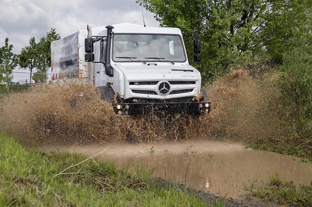 """Off Road Award """"Geländewagen des Jahres 2014"""" für Mercedes-Benz Unimog. Bereits zum zehnten Mal in Folge ist der Mercedes-Benz Unimog von den Lesern der Fachzeitschrift Off Road zum besten Geländewagen des Jahres in der Kategorie """"Sonderfahrzeuge"""" gekürt worden."""