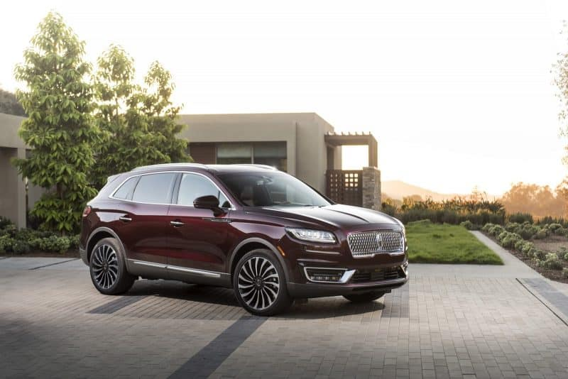 2019 Lincoln Nautilus front 3/4 view