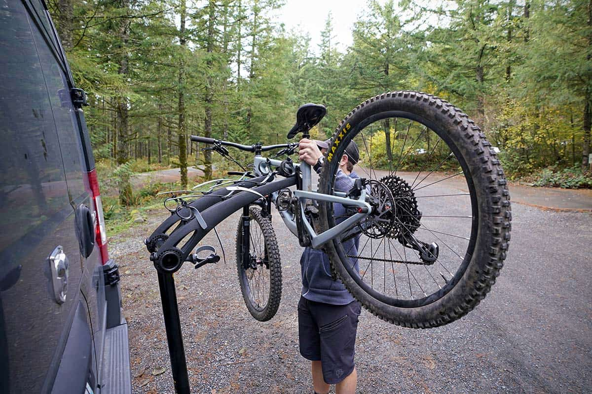 Mounting a bike on a bicycle carrier