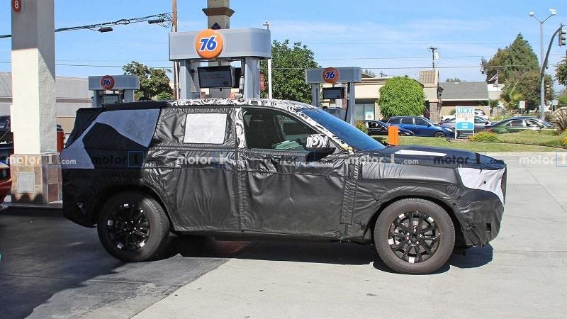 2021 Jeep Grand Cherokee Spy Shot Side Angle